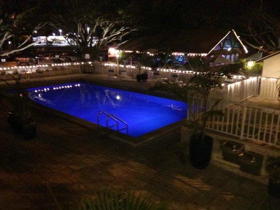 Days Inn Fort Myers Springs Resort :                   Pool and Tiki Bar at night