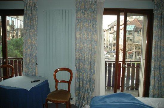 Hotel et Restaurant Le Bourgogne: une grande chambre triste