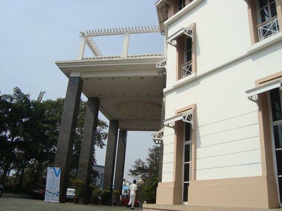 The Manohar:                   من الخارج