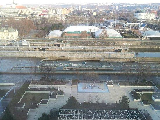 Hilton Prague:                   방에서 보이는 전경. 물소리가 들립니다.