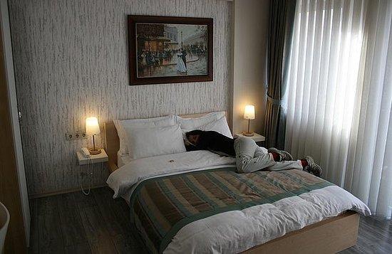 Elanaz Hotel Istanbul:                   Habitación muy luminosa y linda. Cama cómoda.