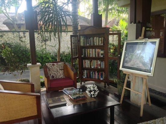 Belmond Jimbaran Puri:                   ヴィラ敷地内の専用コンセルジュカウンターにあるライブラリー