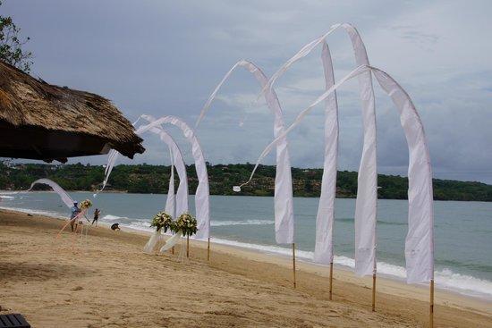 Belmond Jimbaran Puri:                   ビーチでウェディングも...