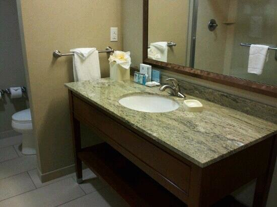 Hampton Inn & Suites Salem:                                                       Bathroom in King Bedroom