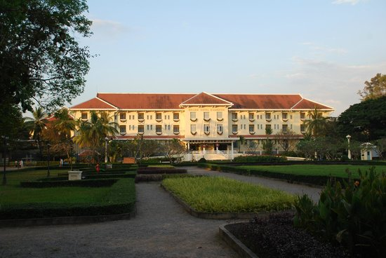 ‪‪Raffles Grand Hotel d'Angkor‬: Raffles Grand Hotel d'Angkor from the park‬