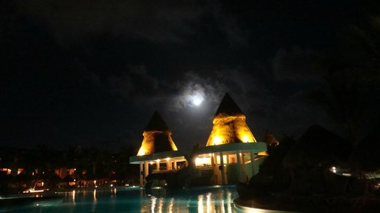 Iberostar Paraiso Maya:                                     Grounds at night