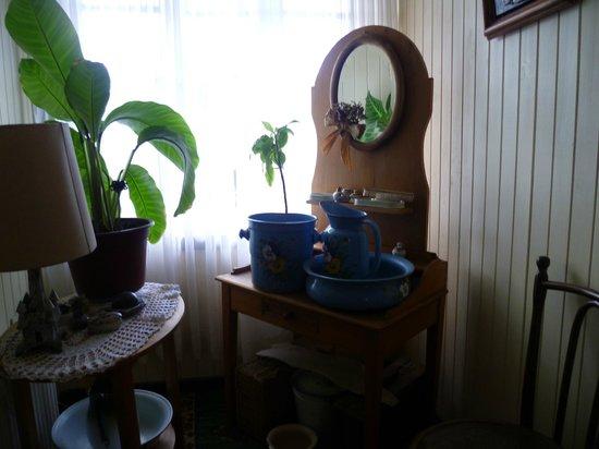 Hostal Opapa Juan:                   una linda vista de un peinador y sus lavatorios antiguos