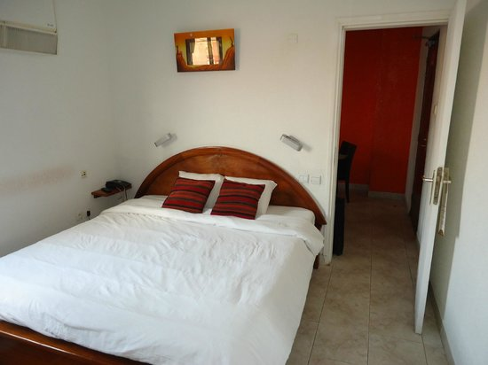 Hotel Merina Yaounde centre : Clean Bedroom