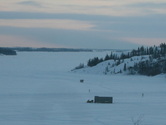 ‪‪Blue Raven B&B‬: People and vehicles on Great Slave Lake, view from living room‬