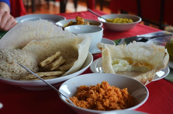Rawana Holiday Resort : Sri Lankan breakfast - hoppers, sting hoppers, dhal, egg curry and coconut sambal - YUM