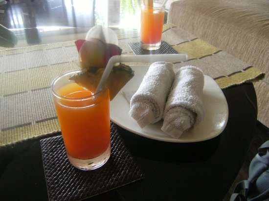 The Sunset Bali Hotel: Welcome drink and cold flannel