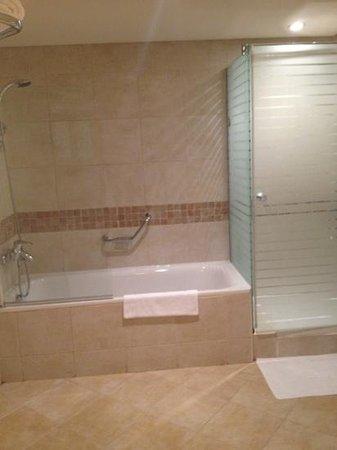 Courtyard Dubai, Green Community: shower & panio