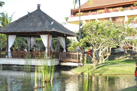 Nusa Dua Beach Hotel & Spa :                   Grounds in back of hotel leading into beach and pool areas