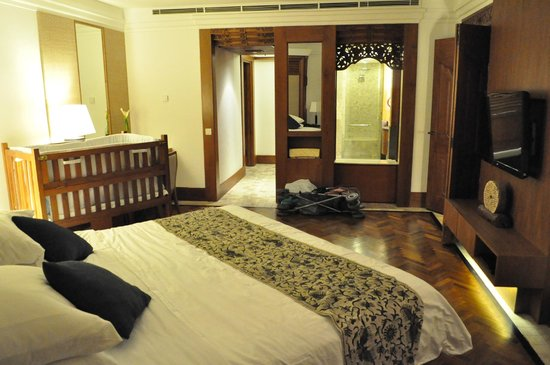 Nusa Dua Beach Hotel & Spa :                   Bedroom in Suite