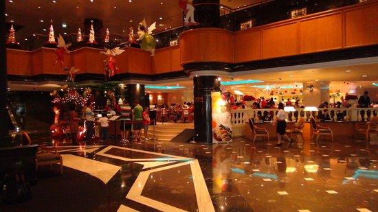 Orchard Hotel Singapore:                   ロビーの奥はレストランです