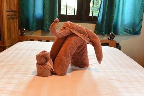 Baan Hanibah:                                                       服务生为孩子用浴巾做的大象,超有爱