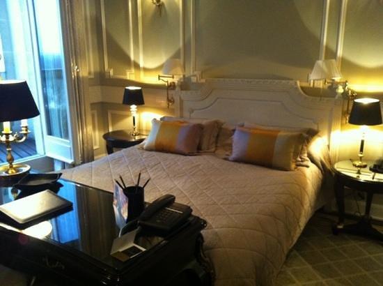 Tiara Chateau Hotel Mont Royal Chantilly:                   lit superbe mais mauvais