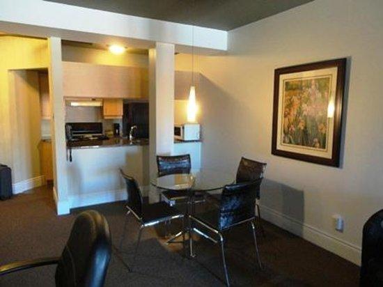 L'Hotel Port-Royal:                   リビングからキッチン方向