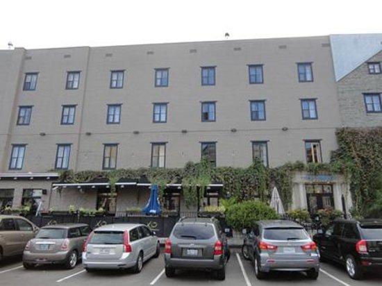 L'Hotel Port-Royal:                   駐車場(その奥がホテルの建物)