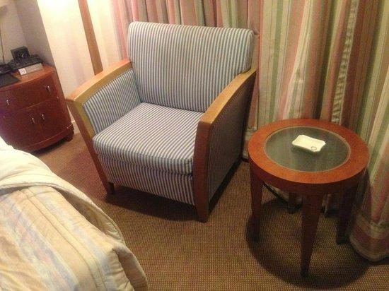 Imperial Hotel Osaka:                   客室内のサイドテーブルとソファ