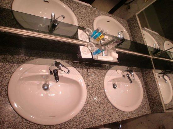 Cleopatra Palace Hotel:                   ванная комната с двумя раковинами, что очень удобно