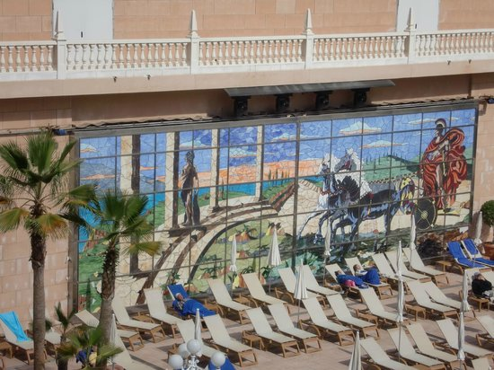 Cleopatra Palace Hotel:                   театр Арона является частью отеля. Билеты можно купить на ресепшен