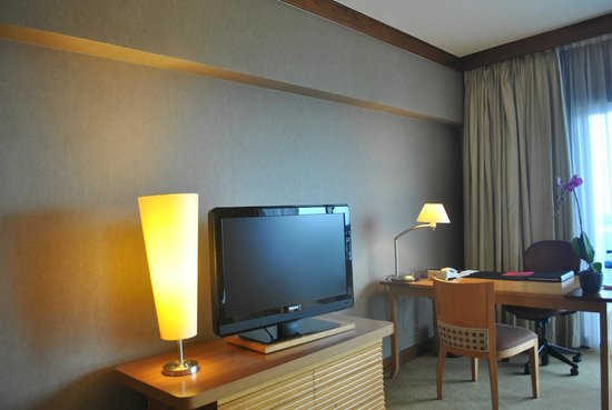 Swissotel The Stamford Singapore: Wide-screen flat TV with many cable channels