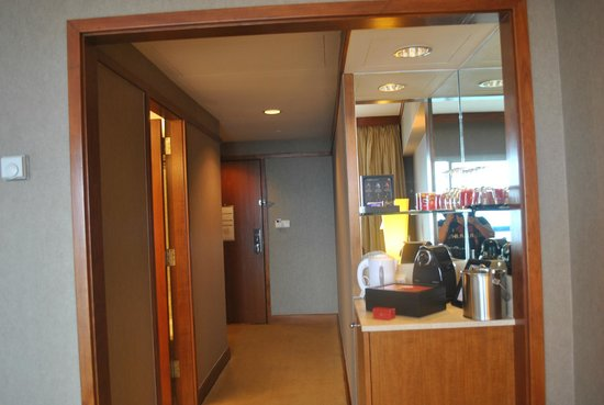 Swissotel The Stamford: Mini bar with coffee & tea facilities