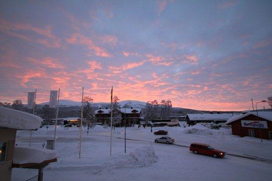 Quality Hotel Lapland:                   Zimmeraussicht in der Abenddämmerung auf den Dundret