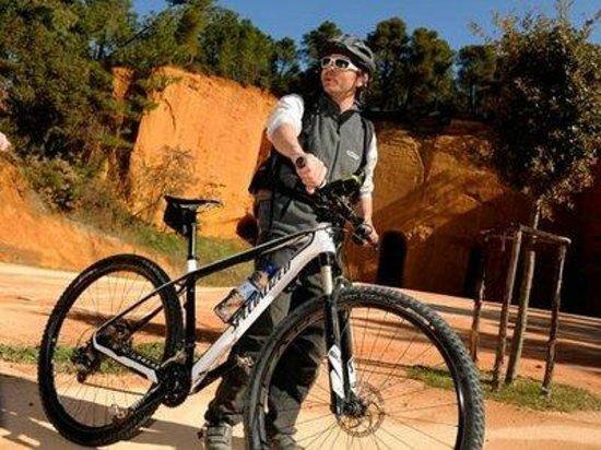 Velleron, Frankrike: Guide With in Roussillon bike rental St saturnin D'apt Villard Goult