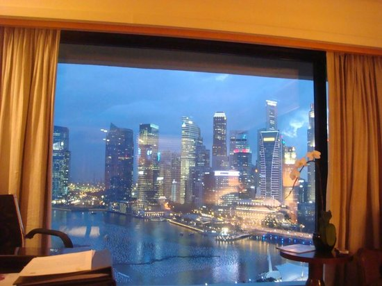 Mandarin Oriental, Singapore: spectacular harbour view in the evening