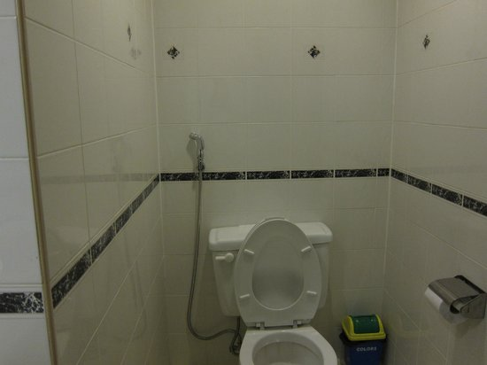 Legend Inn: Spacious bathroom/toilet, and most importantly, CLEAN.