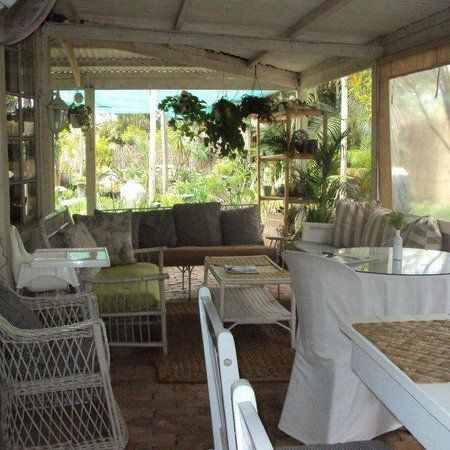 Veranda Cafe: Outside seating