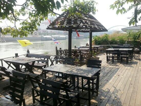 Bann Kun Pra: dine by the river
