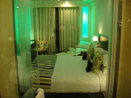 Peppermint Hotel:                   Вид  жилой комнаты из душевой.