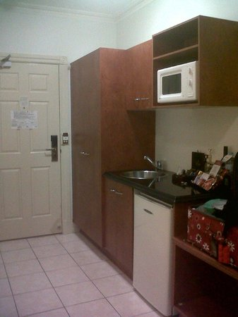 Adina Apartment Hotel Brisbane Anzac Square: Kitchenette with microwave. I used it many times!