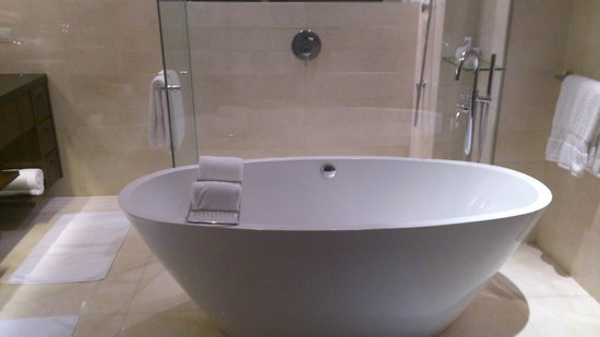 The St. Regis Bangkok: Suite bathroom