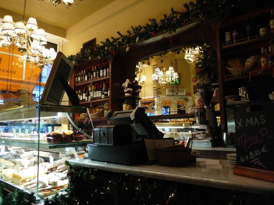 Gibsons DELI & BAKERY: Picture of the restaurant as you walk in
