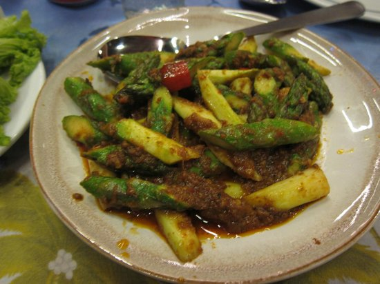 Golden Thai Restaurant: Asparagus with spicy sauce, small size, average. Rate 5/10.