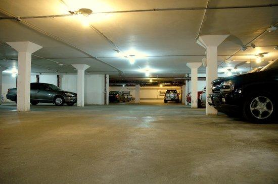 Hotel Regina: Underground parking