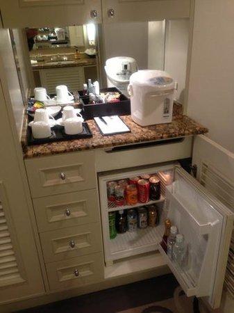 Hilton Tokyo Odaiba:                   冷蔵庫とポット