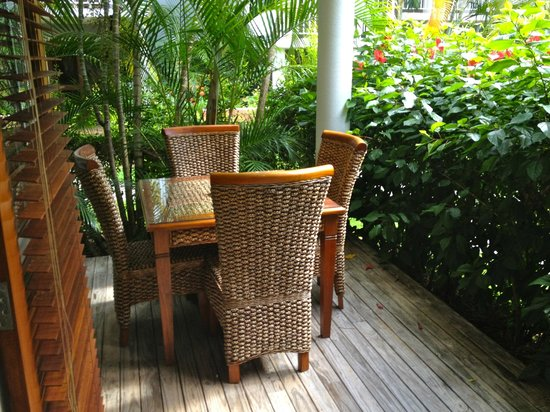 South Pacific Resort Noosa:                   Deck & garden