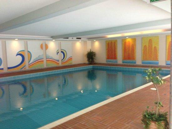 Hotel Pension Strolz:                                     Huge pool