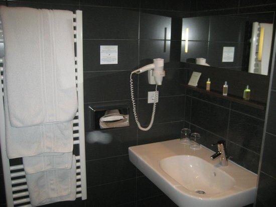 أوبرا جاردن هوتل آند أبارتمينتس:                   Bathroom                 