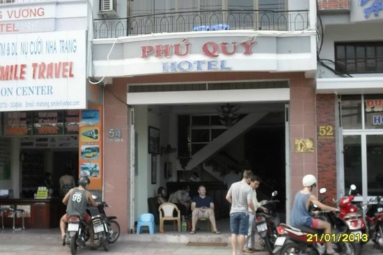 Phu Quy Hotel: Sit outside and enjoy the passing parade.or chat to the friendly staff