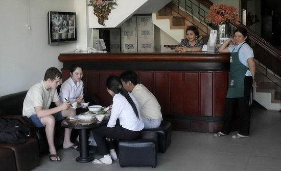 Phu Quy Hotel: The staff invited my grandson to share lunch with them