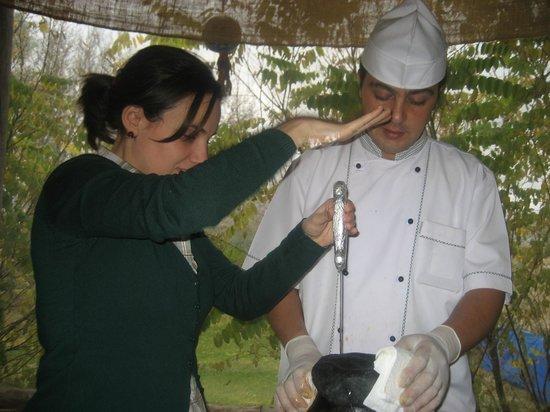 Dede Efendi Kaya Restaurant:                   Ritual de apertura del ánfora, ayudado por una de los comensales