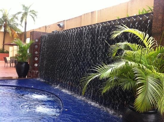 جراند سيزونز هوتل:                   outdoor pool                 