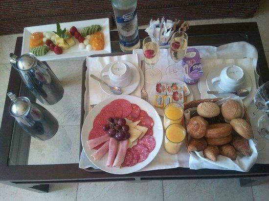 Barcelo Marbella:                   Desayuno servido en la habitación