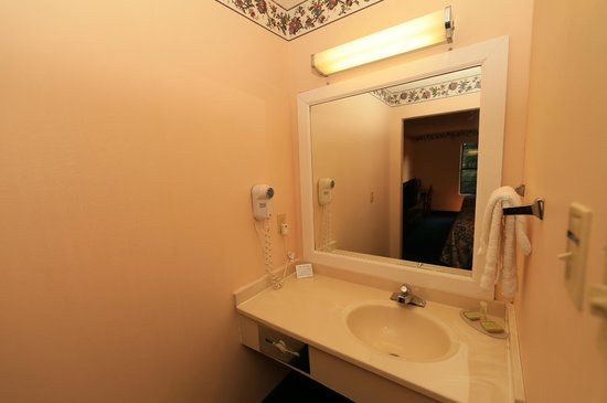 Super 8 Cornelia: Bathroom